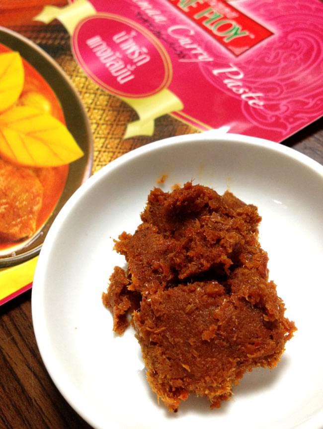 マッサマンカレーペースト [50g] 〔MAE PLOY〕 2 - 辛味成分が少ないのか味噌のような色のペーストです。
