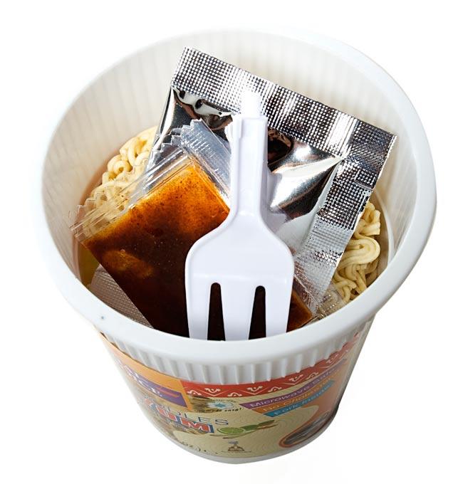 〔Thai Choice〕手軽に楽しめるタイの味 カップ入りインスタントヌードル - トムヤム味 2 - 中には、粉末スープ、液体調味料、フォーク付きでとっても便利!