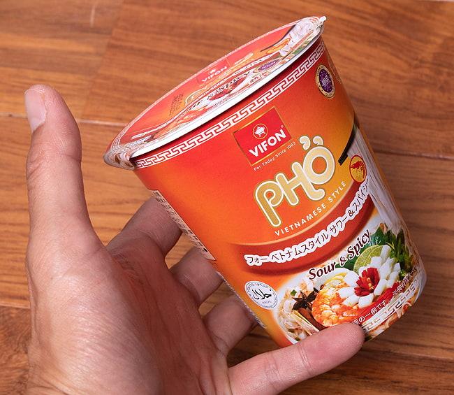 スープ フォー インスタント カップ 【VIFON】 スパイシー&サワー味 4 - 手に持ってみました。持ちやすい、細長カップです。