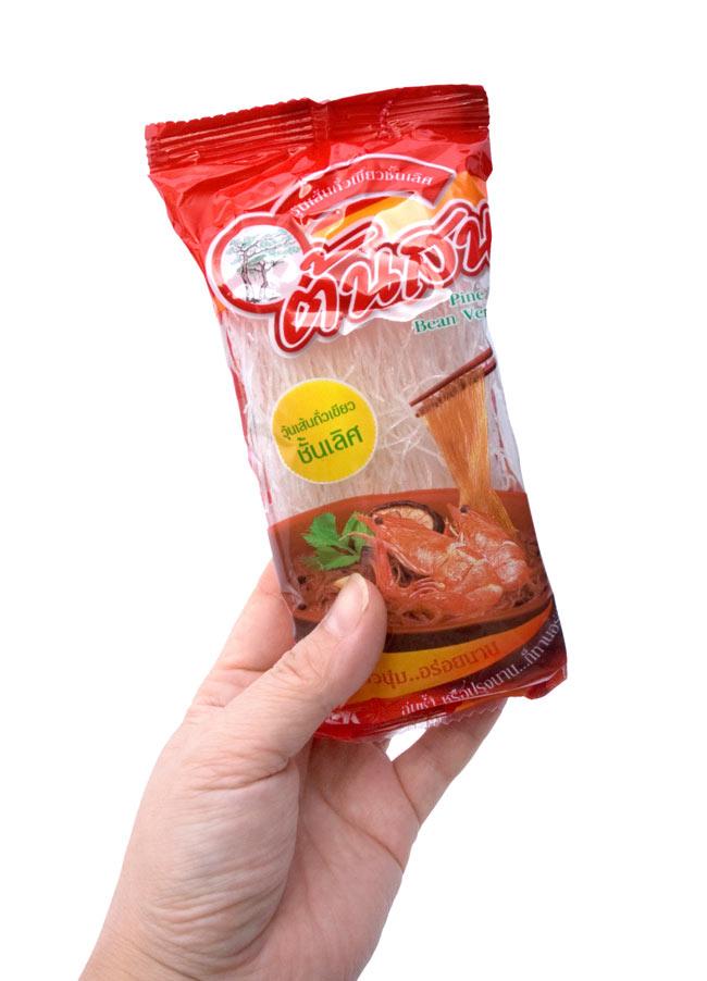緑豆春雨【ビーンバーミセリ】 小袋10個パック [400g]の写真2 - 小袋1個を持ってみました。小袋ですので使いたい時にひとつづつ開けられるので便利です。