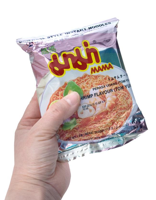 インスタントヌードル トムヤム エビ味 【MAMA】 3 - 手に持ってみました。