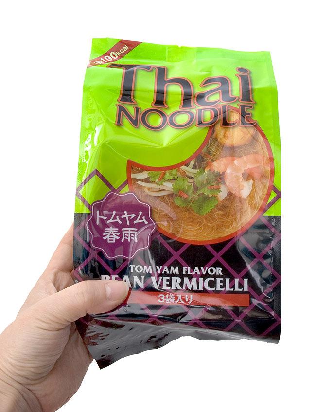 インスタント ヌード トムヤム 春雨 3個パック 【Thai NOODLE】 3 - 手に持ってみました。