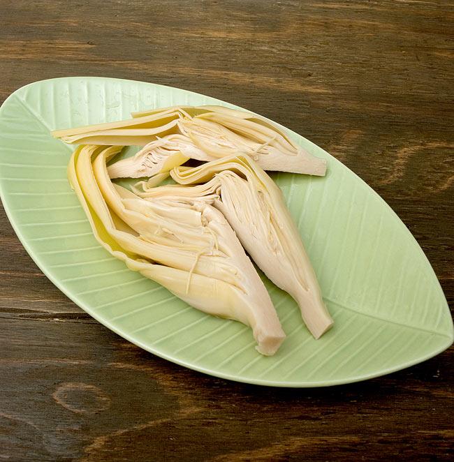 バナナ ハート(バナナの花)[565g](AROY-D) 4 - このような感じの、縦割りにしたバナナハートがほぼ一個分、入っていました。そのまま食べてみると…竹の子の水煮のような味と食感。