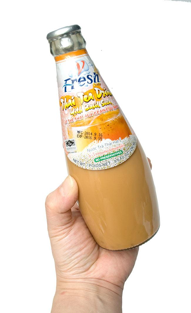 バジルシードドリンク 瓶 タイミルクティー味 【V-Fresh】の写真3 - 手に持ってみました。一回飲みきりですの大きさで便利です。