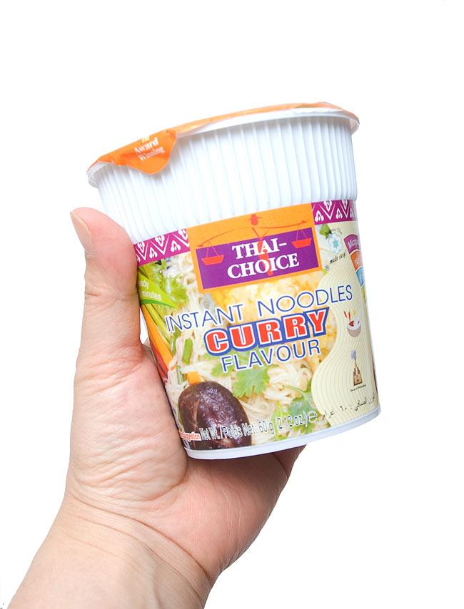 インスタント ヌードル カレー味 カップ 入 【Thai Choice】の写真3 - 手に持ってみました。ランチや小腹がすいたときに重宝な大きさです。