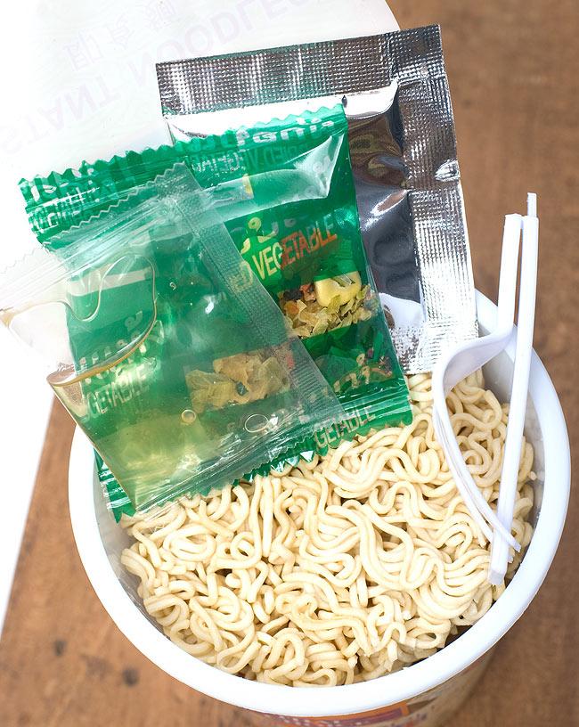 〔Thai Choice〕手軽に楽しめるタイの味 カップ入りインスタントヌードル - ベジタブル味 2 - 中には、粉末スープ、液体調味料、野菜かやく、フォークが入っていて、お湯さえあればどこでもいただけます。