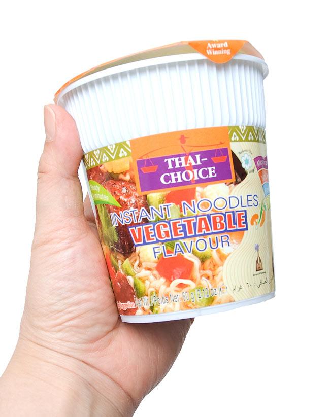 〔Thai Choice〕手軽に楽しめるタイの味 カップ入りインスタントヌードル - ベジタブル味 3 - 手に持ってみました。ランチや小腹がすいたときに重宝な大きさです。