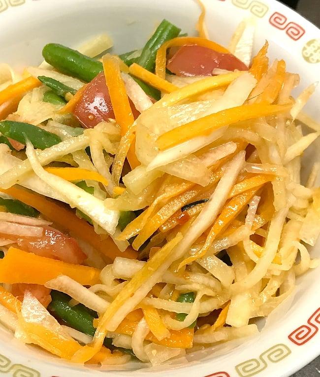 ソムタムペースト [32g] ‐タイ風青パパイヤサラダの素 【Soot THAI】 2 - タイでは青いパパイヤを使いますが、ニンジンやダイコン等で代用でもおいしいですよ。