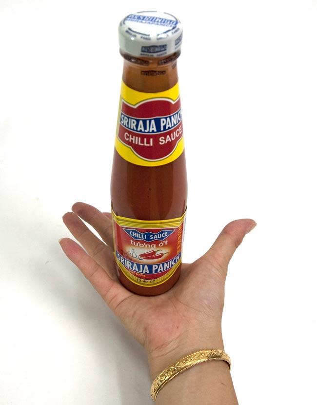 チリソース シラジャ 瓶 Sサイズ ミディアム ホット [250g]の写真2 - 大きさが判るように手に持ってみました