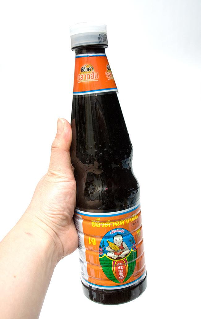 ブラックソイソース (Lサイズ) [940g]の写真3 - 手に持ってみました。大瓶で使いでがあります。