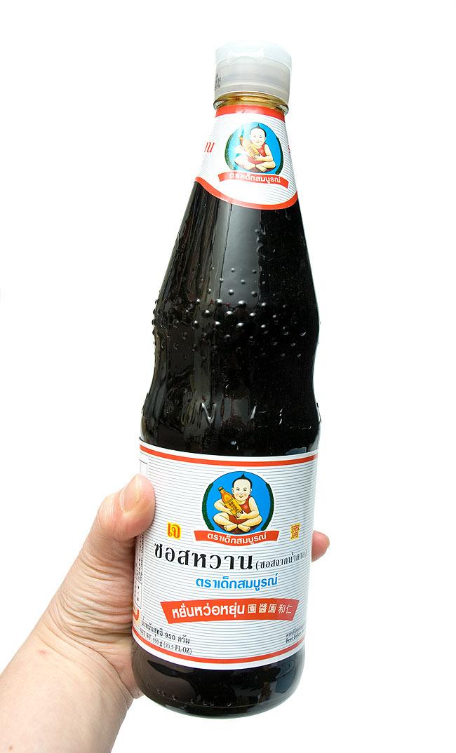 ブラックスウィートソイ ソース Lサイズ [950g] 3 - 手に持ってみました。大瓶で使いでがあります。