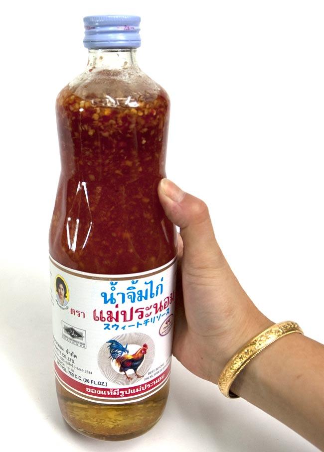 スウィート チリ ソース 瓶 Lサイズ  [750g]【メーパノム】 2 - 大きさが判るように手に持ってみました