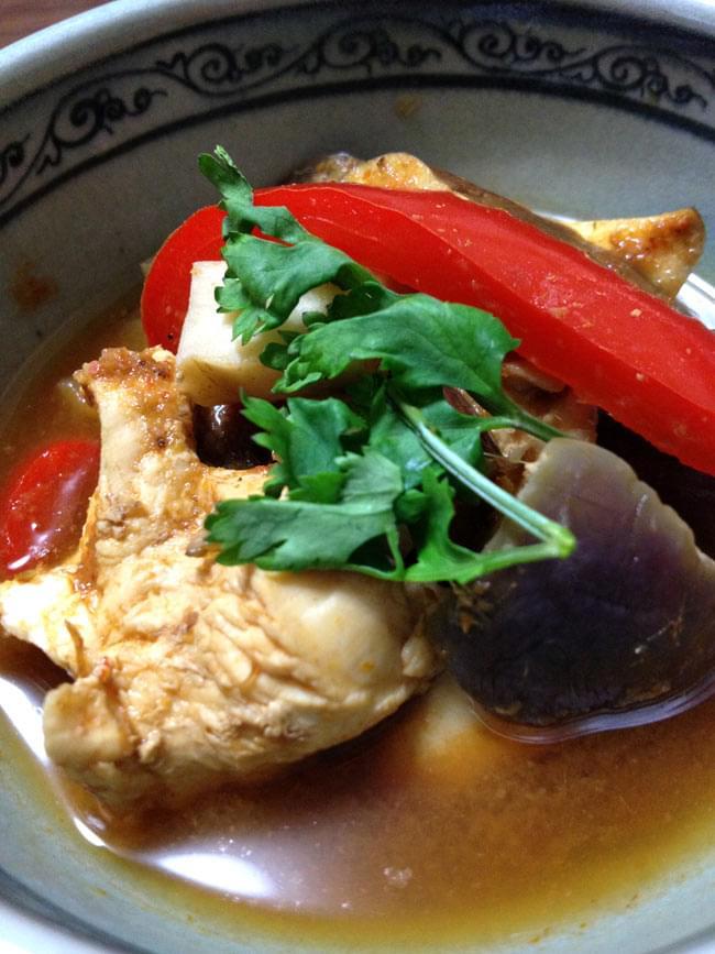 カントリー風 レッド カレー ペースト [400g] 〔MAE PLOY〕 3 - 作ってみました。ペーストをお湯で溶いてお好みの野菜や肉をたくさん入れて煮こむだけです。試食会では、さっぱりで、美味しいと評判でした。