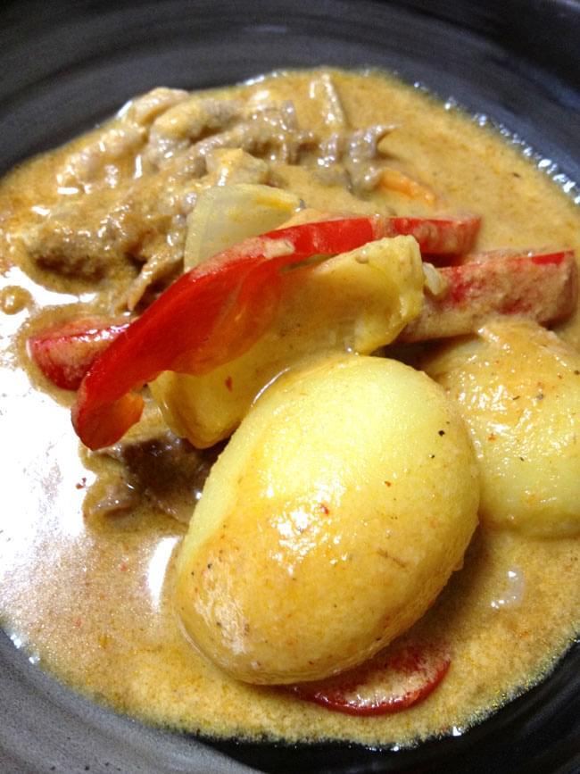 マッサマン カレー ペースト [400g] 【MAE PLOY】の写真3 - 作ってみました。タイのカレーにしては、甘々でちょっと酸味が有って絶妙な美味しさ。最後に砂糖とタマリンドペーストを大量に入れますが、お好みで増減して下さい。