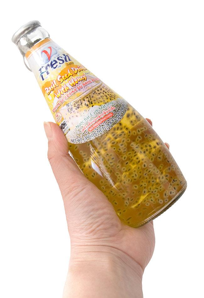バジルシードドリンク ハチミツ入り 瓶の写真3 - 大きさが判るように手に持ってみました