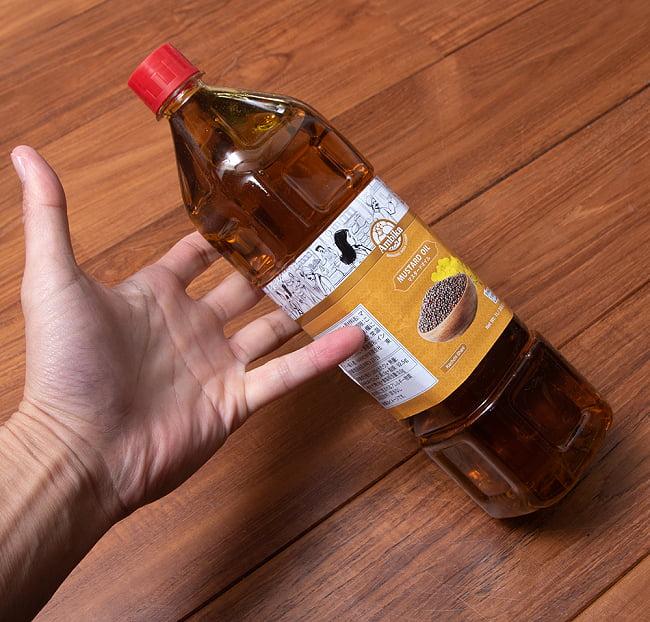 マスタード オイル - Mustard Oil 1000mlの写真2 - 手に持ってみました。たっぷり使える1000ml入りです