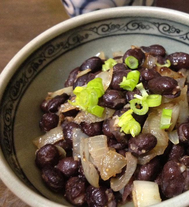 ブラック ビーンズ 缶詰 - Black Beans 【425g】 S&W 2 - にんにくと玉ねぎでソテーしてみました。いろいろな料理に使えます。酒の肴にいかがですか?カナッペに乗せてもおしゃれです。