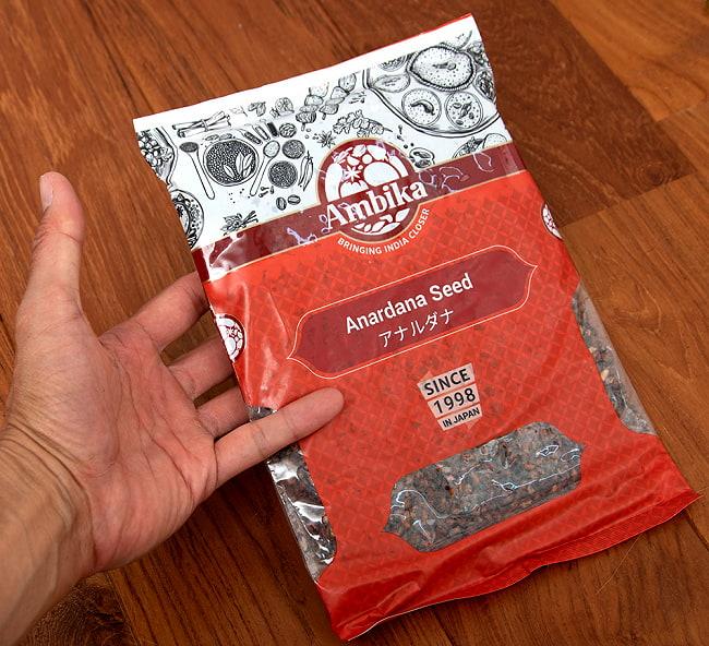 アナルダナ(ザクロの実) Anardana 袋入り 500g 5 - サイズ比較のために手に持ってみました