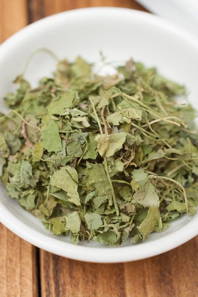 フェヌグリーク リーフ - カスーリ メティ Kasoori Methi 【10gパック】の写真2 - メティの葉っぱを乾燥させたドライハーブです。