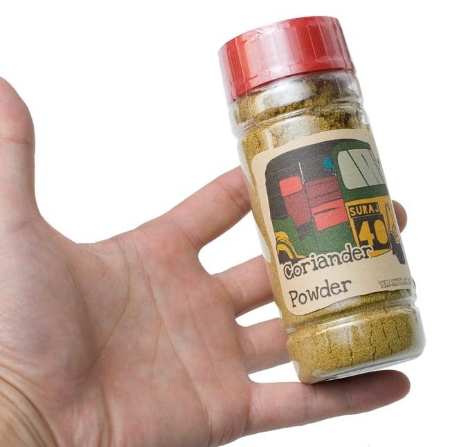 コリアンダーパウダー Coriander Powder 【100g ボトル】 5 - サイズ比較のために手に持ってみました