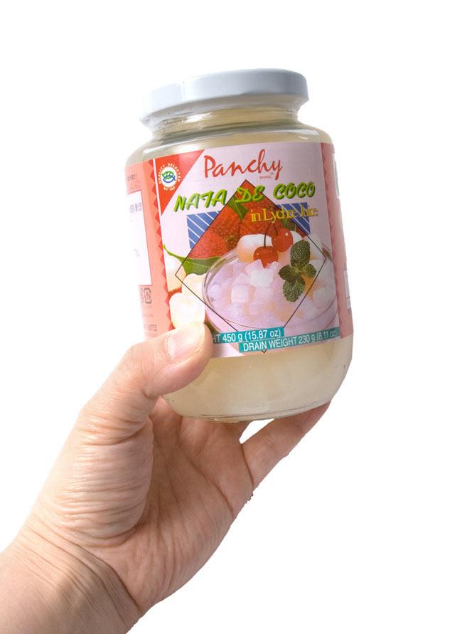 ナタデココ ライチジュース漬け【Panchy】 3 - 手に持ってみました。たくさん入っていて3〜4人分は食べられそうです。保存に便利な瓶入りですので独り占めでもOKです。