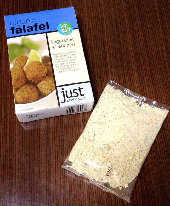 【オーガニック】ファラフェル ミックス - Falafel 【Just Wholefoods】 2 - 箱の中には、袋が一つ。豆を煮てつぶしてと大変な工程のファラフェルをこちらのミックスを使えば簡単に作れます。(写真は古いデザインのパッケージです)