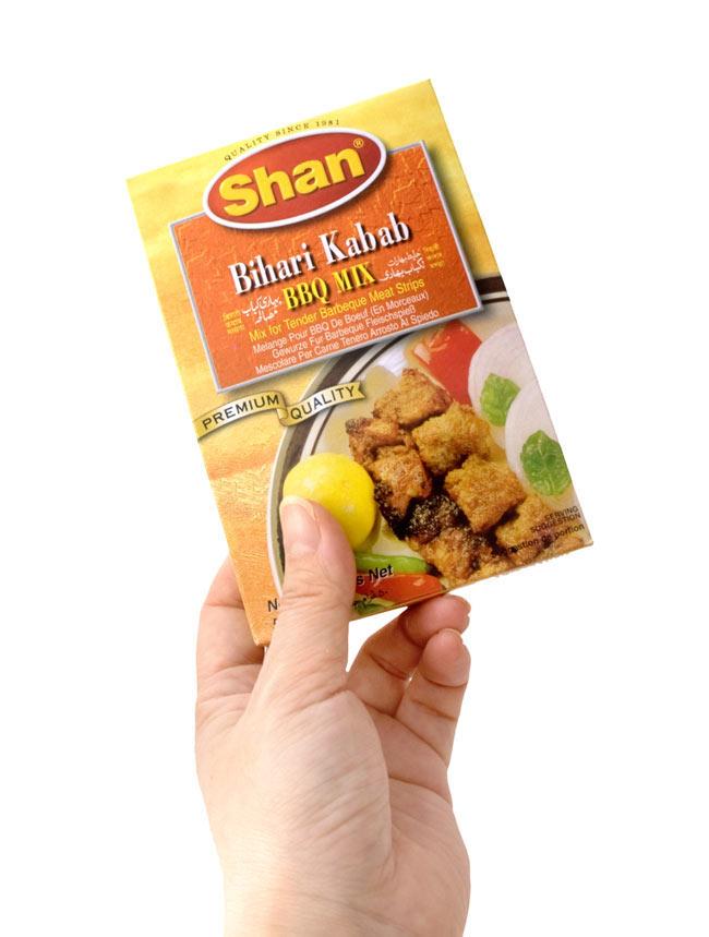 ビハリケバブ スパイス ミックス - 50g 【Shan】 4 - 手に持ってみました。外箱には、英語、スペイン語等の多国語表記です。箱の中にはウルドゥ語のレシピがあります。
