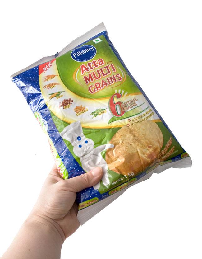 雑穀入り アタ粉 ATTA MULTI GRAINS 【1Kg】 3 - 手に持ってみました。小麦粉と同じように使えますので、いろいろお料理にお役立て下さい。