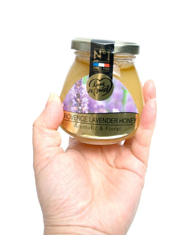ハチミツ ラベンダー(瓶) 【200g】【Lune de Miel】 2 - 手に持ってみました。かわいい瓶でいかにもはちみつな感じです。