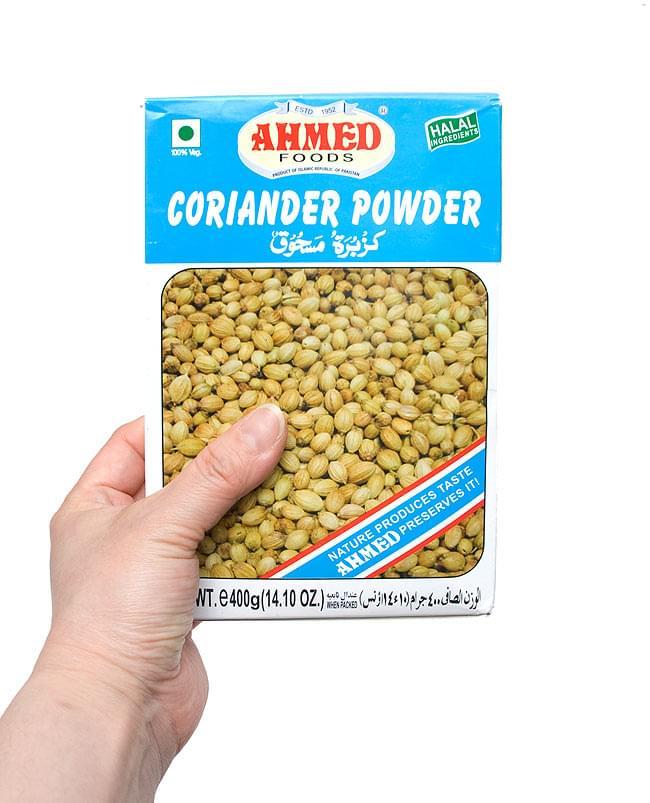 コリアンダー パウダー 400g 箱入り Coriander Powder 【AHMED】 3 - 手に持ってみました。中身は密封できる容器等に移し替えて保存をおススメします。いろいろな料理にお試しください。
