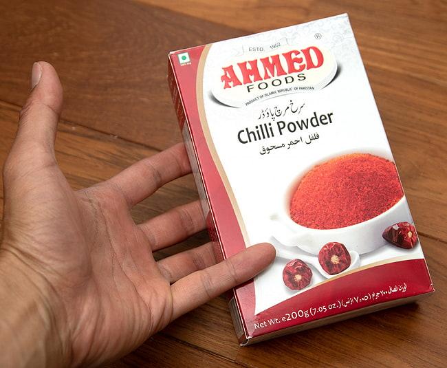 チリパウダー 200g 箱入り - Chilli Powder 【AHMED】 3 - 手に持ってみました。200g入りでちょっとした重さあります。密封容器や袋などに入れ替えて保存ください。これだけあれば、いろいろ使えますよ。え!こんなんじゃ少ない?それは、ちょっと・・・じゃあ、たくさん買ってください。