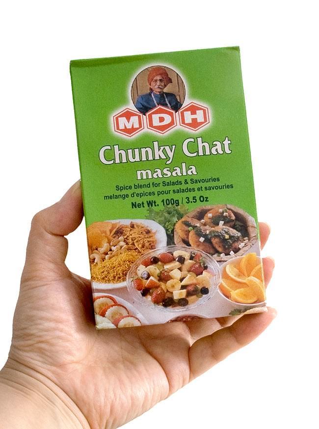 チュンキー チャット マサラ  スパイス ミックス - 100g 小サイズ 【MDH】 - 手に持ってみました。お好みでサラダや果物に振りかけてください。もちろんカレーにもどうぞ。