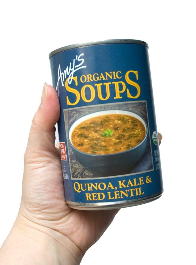 ローファット キヌア ケール レンティル スープ 缶詰 - Quinoa Kale Lentil Soup 【Amy's Kitchen】 2 - 手に持ってもました。この缶で2〜3人分あります。いえいえ、1人で食べても大丈夫!!ですよぉ