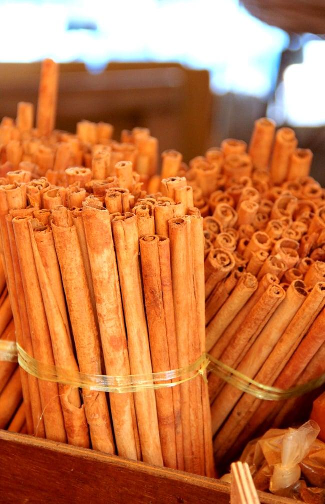 シナモンスティック 25g - Cinamon Stick 【Tea Boutique】 3 - 皮を木から剥いだら、乾燥、なめし、乾燥を繰り返して、なめらかで綺麗なロール状にしていきます。手間ひまかけて作られています。