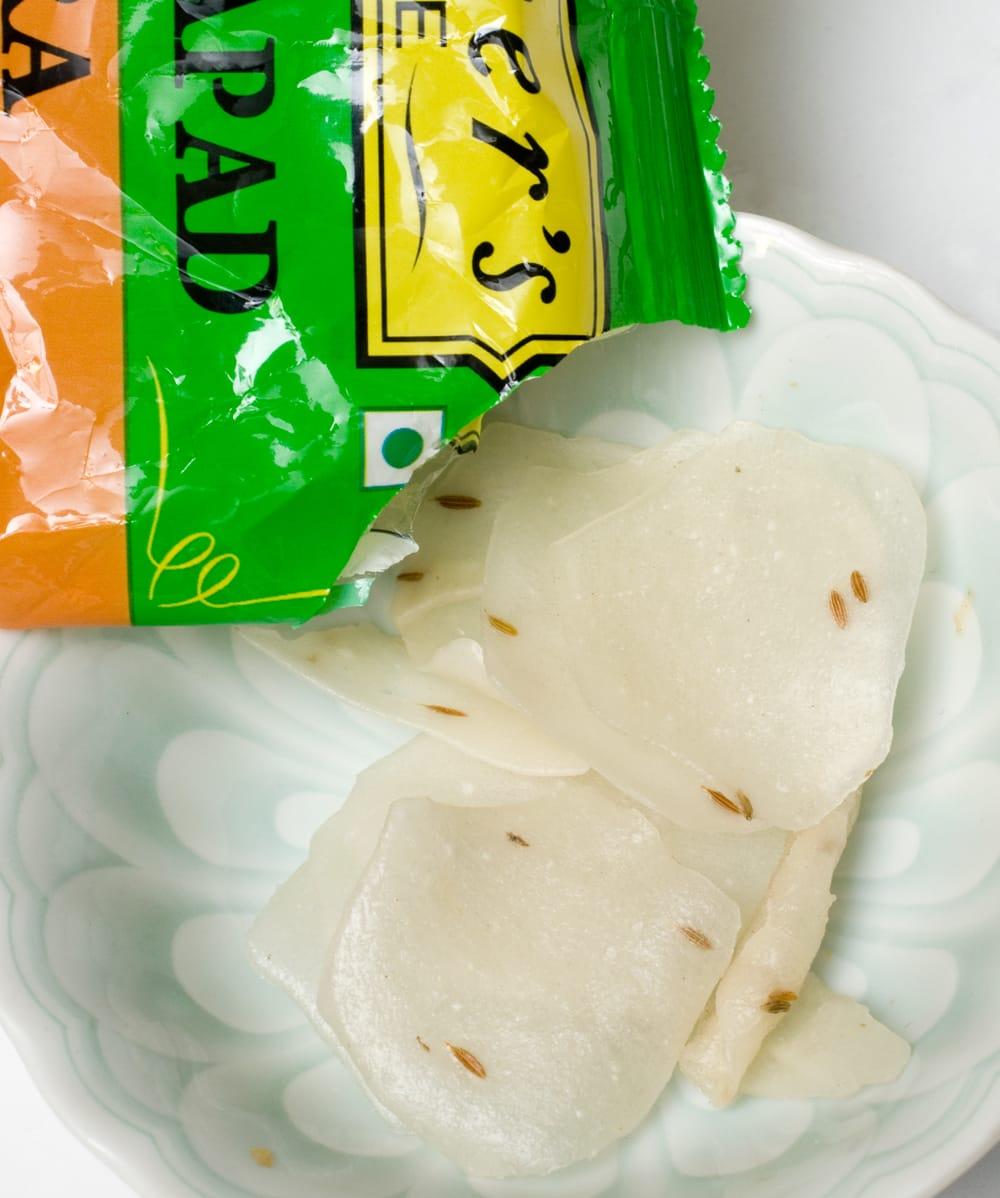 お米とクミンのパパド - JEERA RICE PAPAD 75g[Mother] 4 - 中身を開けてみました。茶色のつぶつぶがクミンです
