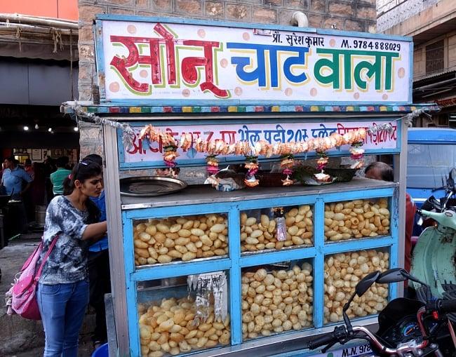 簡単! パニプリキット - Wah Luft Pani Puri Kit 280gの写真10 - 本場インドではこのようにして売っています