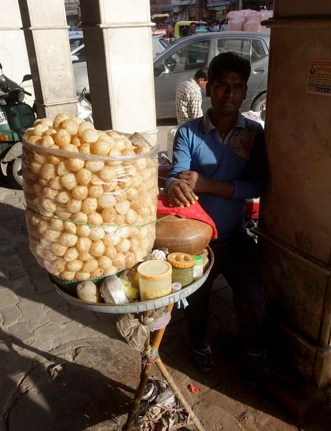 簡単! パニプリキット - Wah Luft Pani Puri Kit 280gの写真8 - 本場インドではこのようにして売っています