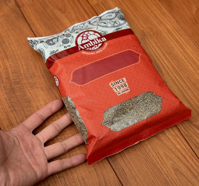 ブラックペッパー -Black Pepper Corsa 【500g 袋入り】 5 - サイズ比較のために手と一緒に