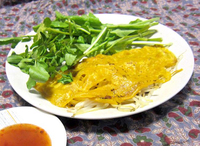 バインセオの粉 - ベトナムお好み焼き  2 - 野菜と一緒にヌクチャムをつけて食べます。