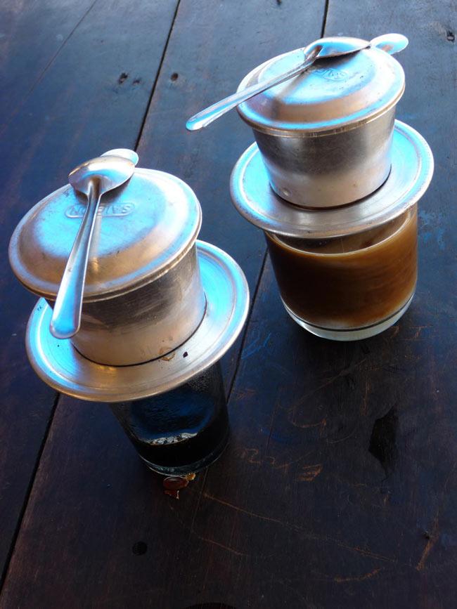 ベトナム コーヒー ベトナムブレンド [250g] 【KUKU】 3 - ベトナム式は、コップの上に直接おいてドリップします。
