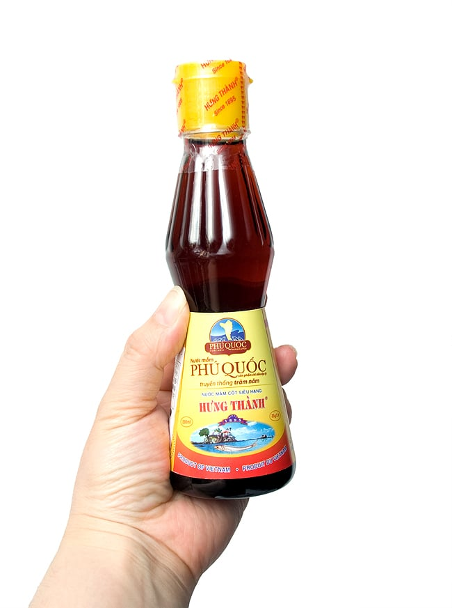 ニョクマム - フーコック島産高品質 【HungThanh】の写真5 - 手に持ってみました。食卓で台所で丁度いいサイズですよ。プラスチックタイプは、軽くていい感じ。