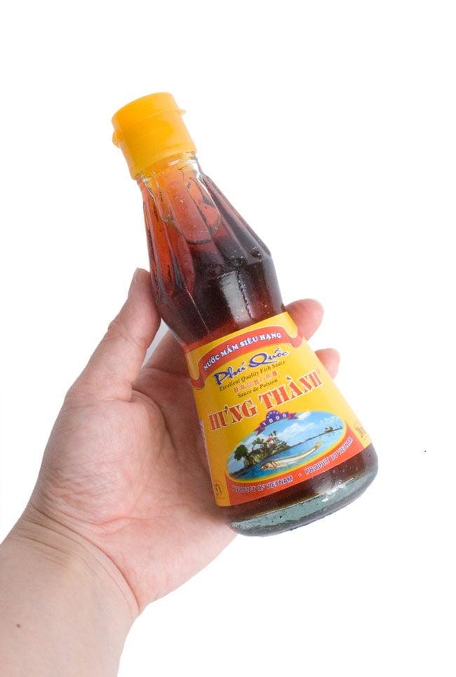 ニョクマム - フーコック島産高品質 【HungThanh】の写真6 - 手に持ってみました。食卓で台所で丁度いいサイズですよ。瓶タイプは、趣があっていい感じ。ニョクマムの香りもキープですよ。