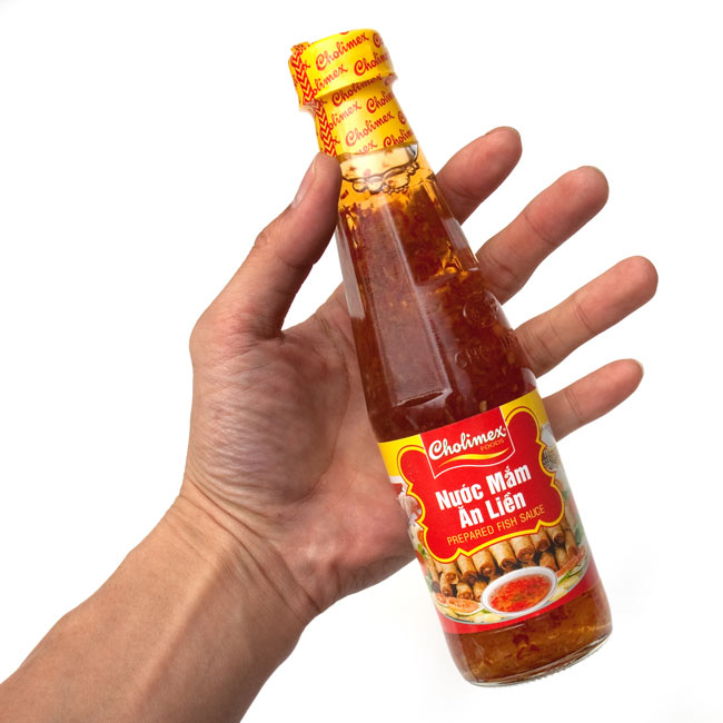 ヌクチャム−ベトナム春巻きのタレ 【Cholimex】 3 - 手に持ってみました。食べ切りちょうどいいサイズです。