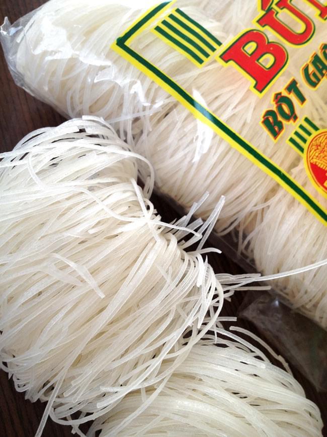 ブン (細麺ライスヌードル) ポーションタイプ - BUN 【BICH CHI】 2 - きれいな白色の麺です。約一人分の分量にわかれています。小さな鍋でも湯がけるようにくるくる巻いてあって便利。
