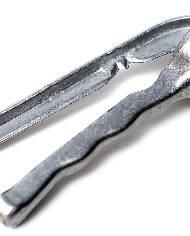 ベトナムのガーリッククラッシャー 3 - 持ち手の部分です。でっぱりの部分でにんにくを軽くつぶすこともできます。