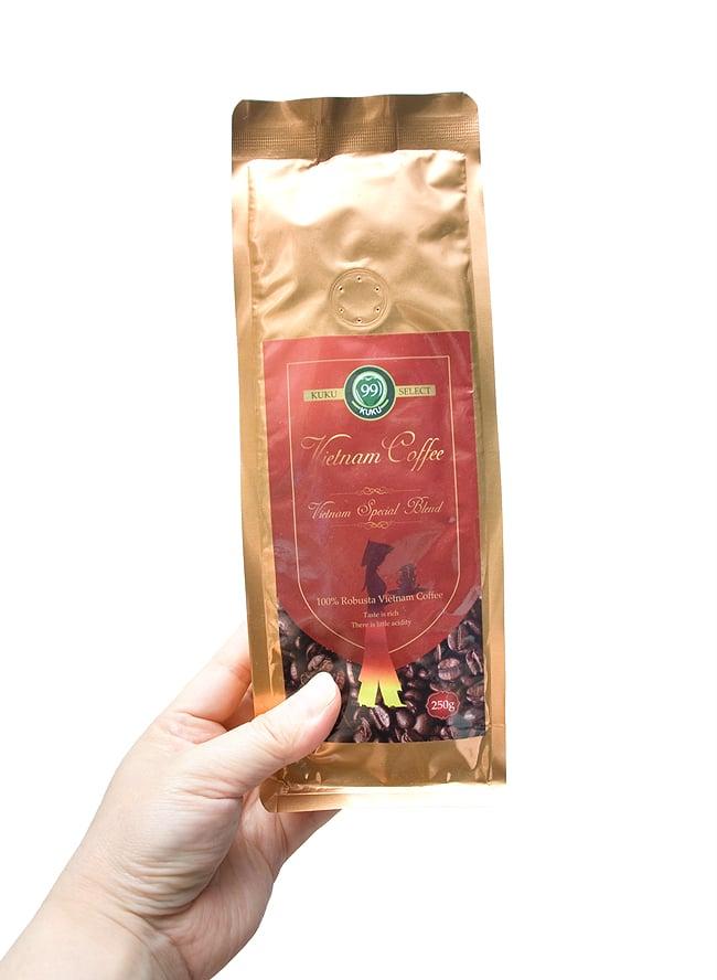 ベトナムコーヒー 赤ラベル (豆) 特選 ベトナム スペシャルブレンド [250g] 【KUKU】 3 - 手に持ってみました。