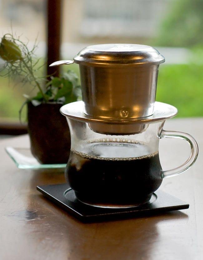 ベトナムのアルミコーヒーフィルター【落し蓋付き】 4 - ベトナム式は、コップの上に直接乗せてドリップします。