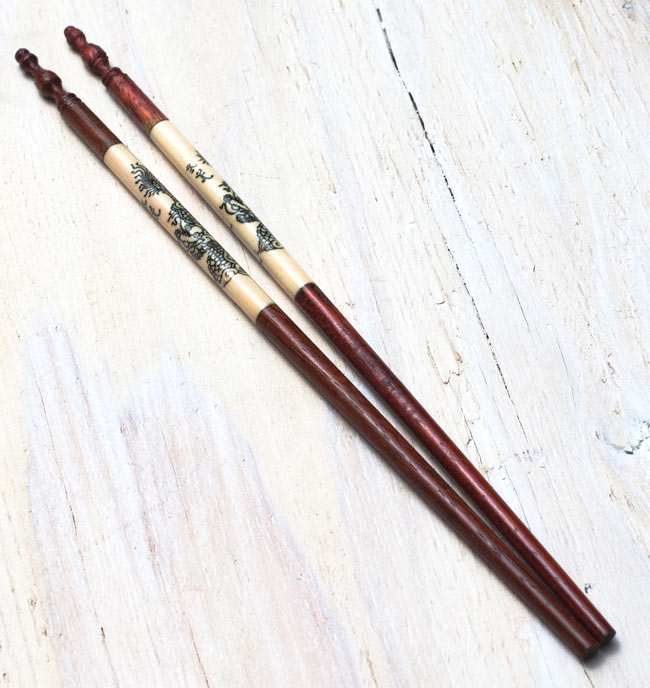 アジアの箸[ドラゴン柄・茶]の写真