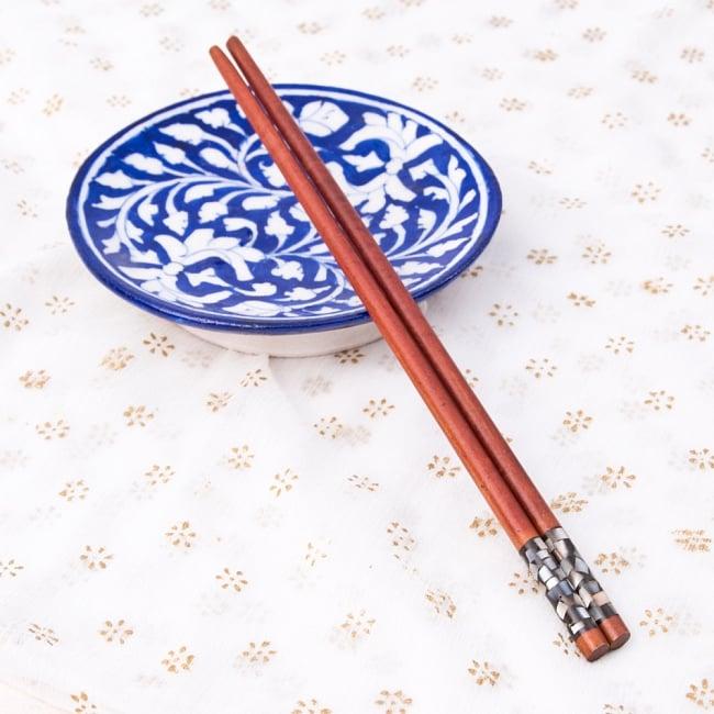 アジアの箸[黒蝶貝ミックス] 5 - ブルーポッタリーの小皿と一緒に