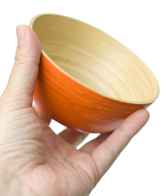 ベトナムの竹食器 - お椀 橙(直径12cm程度) 4 - 手に取るとこれくらいの大きさです。